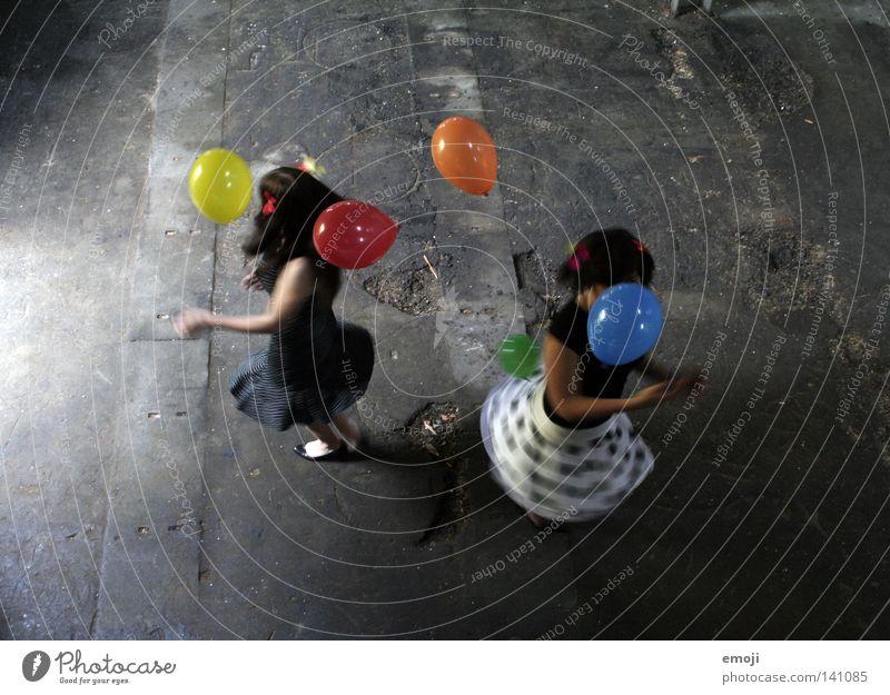FUN Frau Jugendliche Mädchen weiß Freude schwarz Farbe feminin Luft Tanzen Fröhlichkeit Luftballon Flügel Kind verfallen Rock