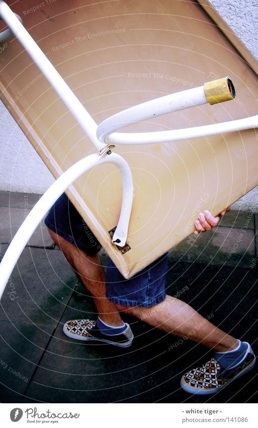 Der Möbelpacker alt Hand blau weiß gelb Beine Schuhe Kraft Finger Tisch Jeanshose Umzug (Wohnungswechsel) Möbel Dienstleistungsgewerbe Jeansstoff Strümpfe