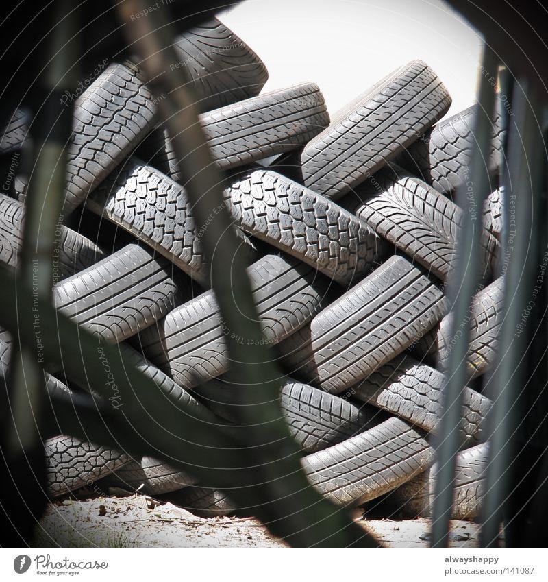 Jeder kann etwas Langeweile Autoreifen Müll entsorgen Gummi Umweltverschmutzung schwarz grau Überbelichtung Muster schäbig schädlich platt Tuning