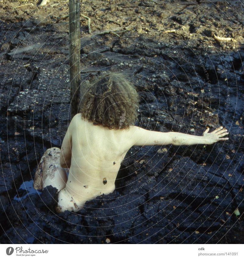 Schlamassel Frau Torso Schulter Wirbelsäule Oberschenkel Knie Taille Hand nackt dunkel Schlamm Schlammbad Sommerloch Moor See Teich Bad Wasserlache Oberfläche