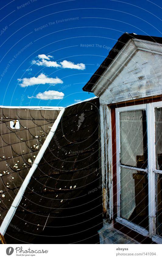 dream of summer blau Himmel Wolken weiß Kumulus Linie Haus Dach Fenster Holz alt baufällig verfallen verwittert Kontrast himmelblau Sommer Schönes Wetter