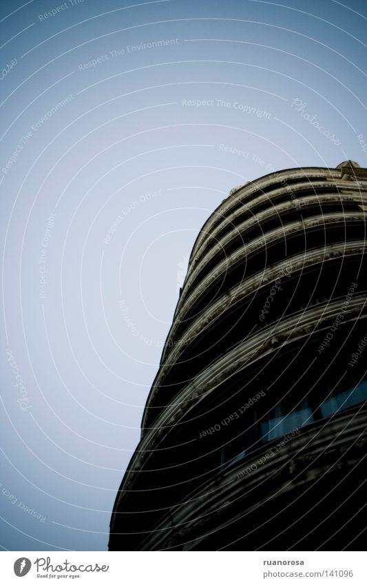 alt Himmel blau dunkel Fenster Traurigkeit Gebäude Wohnung Trauer Kreis trist rund Turm Röhren Abenddämmerung Block