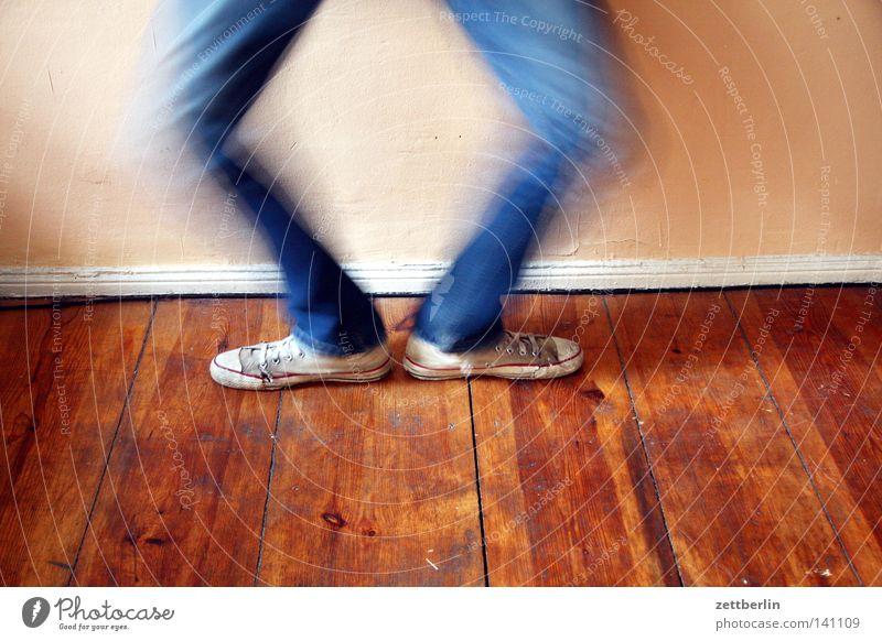 Hampelmann Fuß Schuhe Turnschuh Turnen Knie aufstehen Schwung springen Kniebeuge Freude Mensch sportlich pausengymnastik in die knie gehen gesudheit
