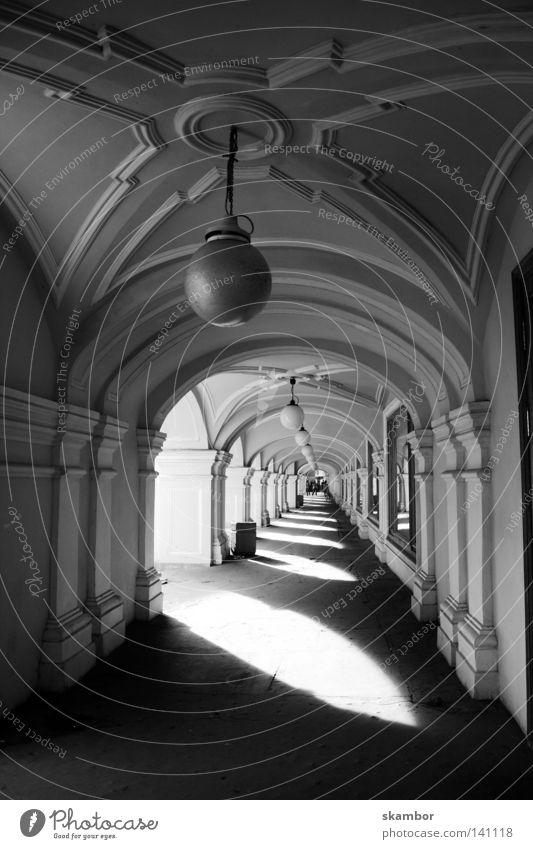 russian mall Schwarzweißfoto Außenaufnahme Menschenleer Tag Licht Schatten Haus Handel St. Petersburg Russland Fußgängerzone Tunnel Bauwerk Gebäude Architektur