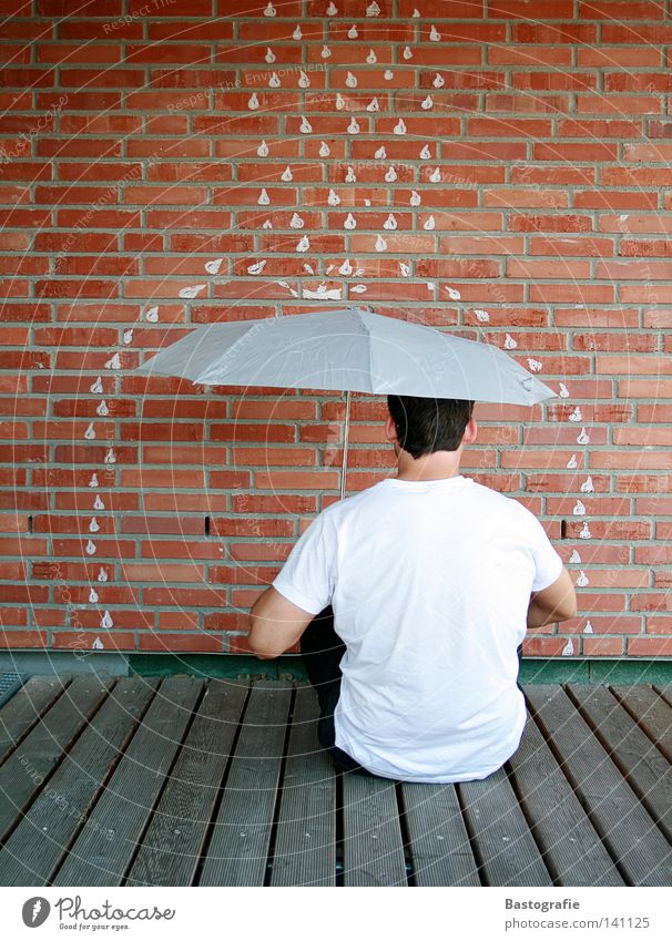 schlechtem wetter den rücken kehren Regen Regenschirm Wand Backstein Mann Sturm Ferien & Urlaub & Reisen Wasser Herbst rain Wassertropfen Wetter Freiheit Stein