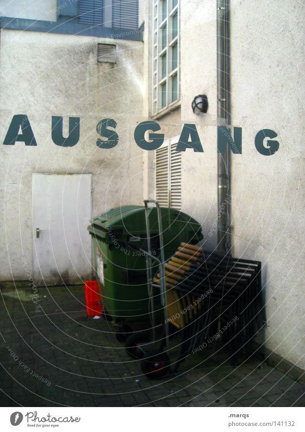 Hintertürchen Fenster Tür Schriftzeichen Buchstaben Bauernhof Fensterscheibe Hinterhof Ausgang Müllbehälter Fass Regenrinne