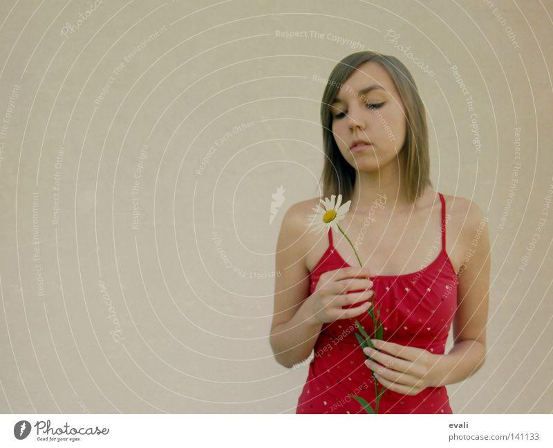 Listen to the silence, do you hear the sound it makes Frau Hand Blume rot Gesicht ruhig Haare & Frisuren Traurigkeit Denken Trauer Margerite