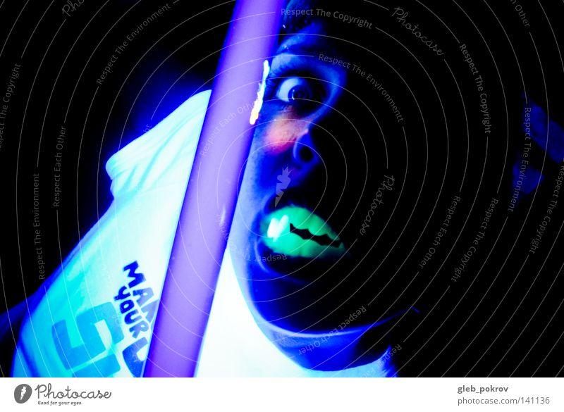 Frau Hand Freude Gesicht Auge dunkel Nase gefährlich Zähne T-Shirt Vampir Leuchtreklame expressiv