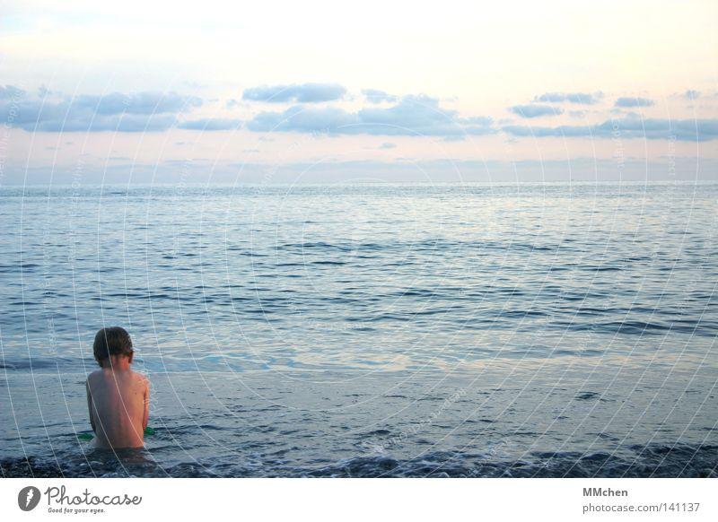 Wem gehört die Welt? Kind Meer Strand Abend Sonne Abendsonne vertiefen Bad Schwimmen & Baden blau rosa Himmel Wolken Horizont Kieselsteine Spielen Sommer Wasser