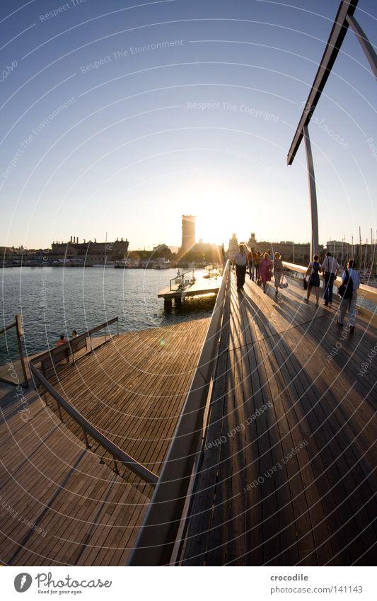 Barcelona III Brücke Meschen Hafen Spanien Säule Schatten Sonne Stern Gegenlicht gehen Leben Holz Holzbrett Meer Haus Hochhaus Mann Panorama (Aussicht) Schwäche