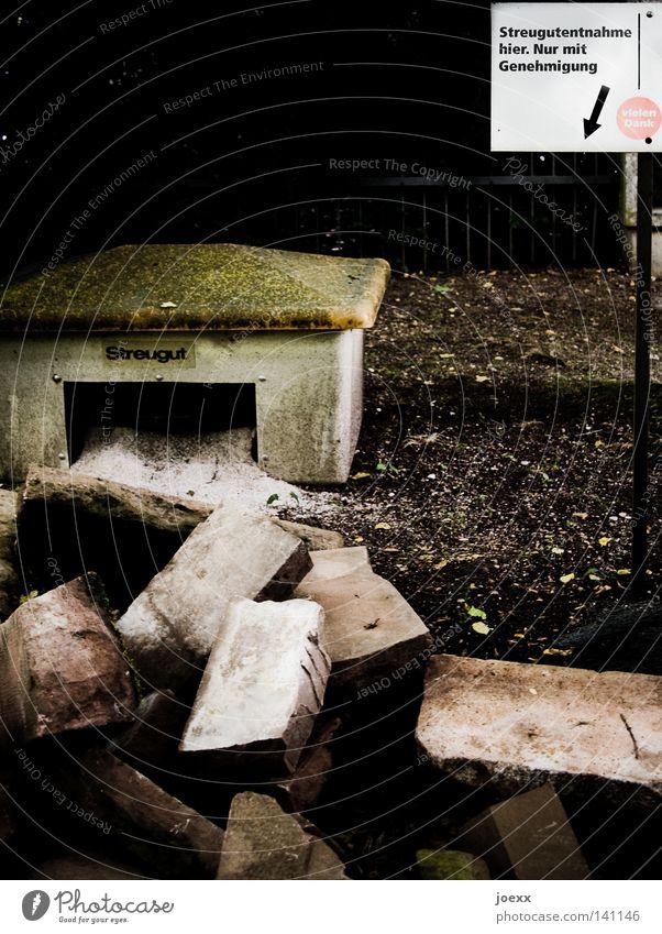 Wintervorrat Stein Sand Schilder & Markierungen Hinweisschild Glätte Container Lager schwer Ablage Sandstein körnig Streu Steinblock Streugut