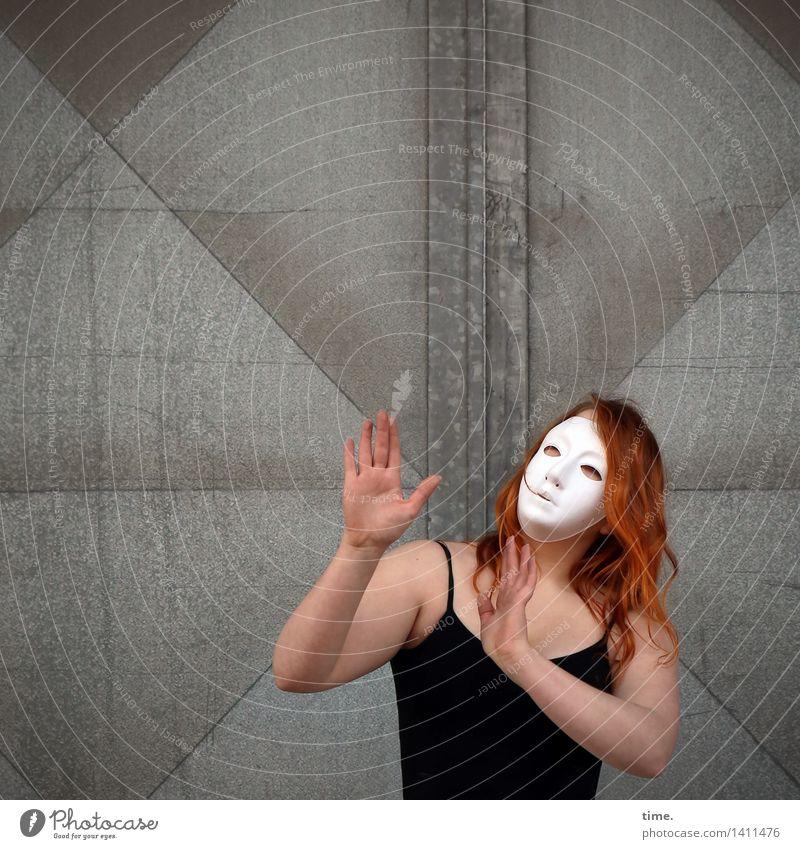 . feminin 1 Mensch Kunst Künstler Schauspieler Tänzer Maske Mauer Wand Tür T-Shirt rothaarig langhaarig Metall Bewegung Kommunizieren Blick Tanzen träumen