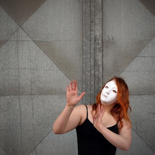 . Mensch Wand Bewegung feminin Mauer Kunst Stimmung Metall träumen Tür elegant ästhetisch Tanzen Kommunizieren Lebensfreude Wandel & Veränderung