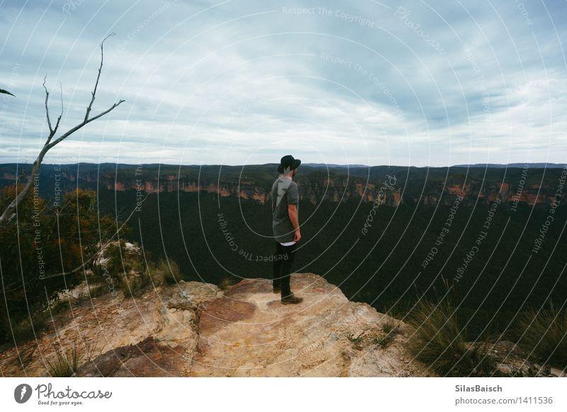 Abenteurer Mensch Natur Ferien & Urlaub & Reisen Jugendliche Pflanze Baum Junger Mann Landschaft Ferne Berge u. Gebirge Umwelt Lifestyle Felsen Tourismus