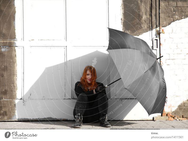 . feminin 1 Mensch Mauer Wand Tür Regenschirm rothaarig langhaarig beobachten Denken Lächeln Blick sitzen warten listig schön Zufriedenheit Vertrauen Sicherheit