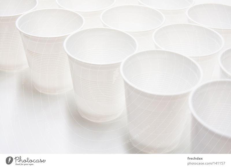 Bechern Flüssigkeit Automat Tee Reihe aufgereiht Tasse Schatten Schwarzweißfoto hell rund Wiederholung Furche weich Kunststoff wegwerfen Verzerrung Weitwinkel