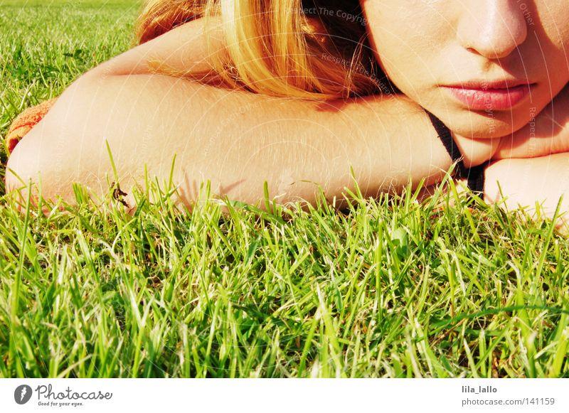 Zuckerschnute Lippen Haare & Frisuren Schulter Oberarm Unterarm Haarband Gras Sportrasen schlafen Schlaufe Schleife Erholung gammeln Liege entdecken Ausstellung
