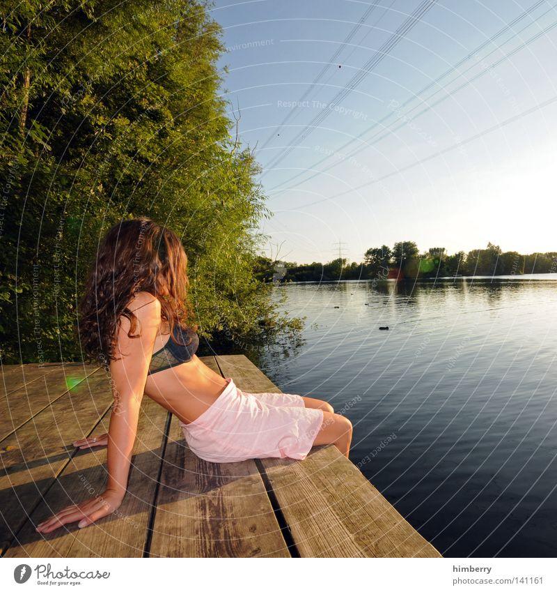 tag am see Mensch Frau Himmel Wasser Ferien & Urlaub & Reisen Sonne Strand Freude ruhig Erholung Erotik See Beine Mode Gesundheit Schwimmen & Baden