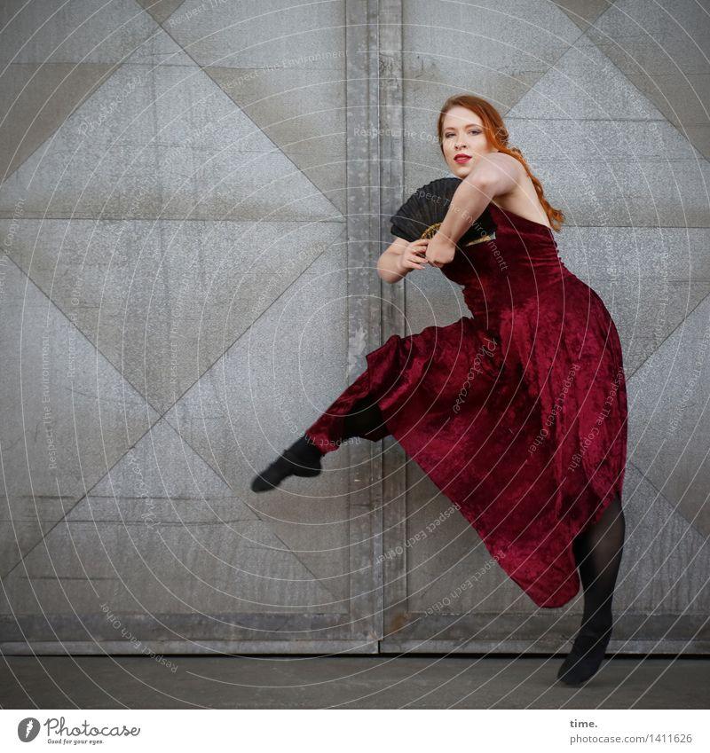 Anastasia feminin 1 Mensch Theaterschauspiel Tänzer Balletttänzer Mauer Wand Tür Kleid rothaarig langhaarig Zopf Fächer beobachten Blick Tanzen tragen