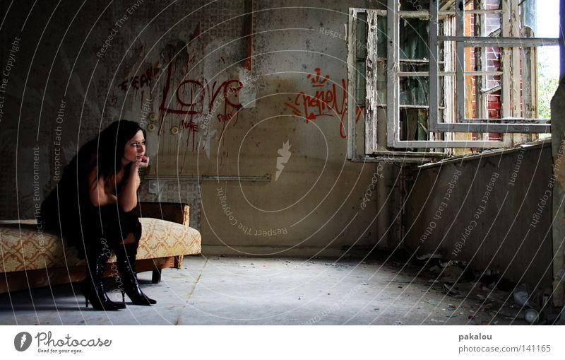 sehnSUCHT Sehnsucht verlieren verloren Bett Sitzgelegenheit Sofa Wohnzimmer Raum Ruine Stiefel Fenster Haus Wand Mauer alt schwarz Gedanke Denken unvollendet