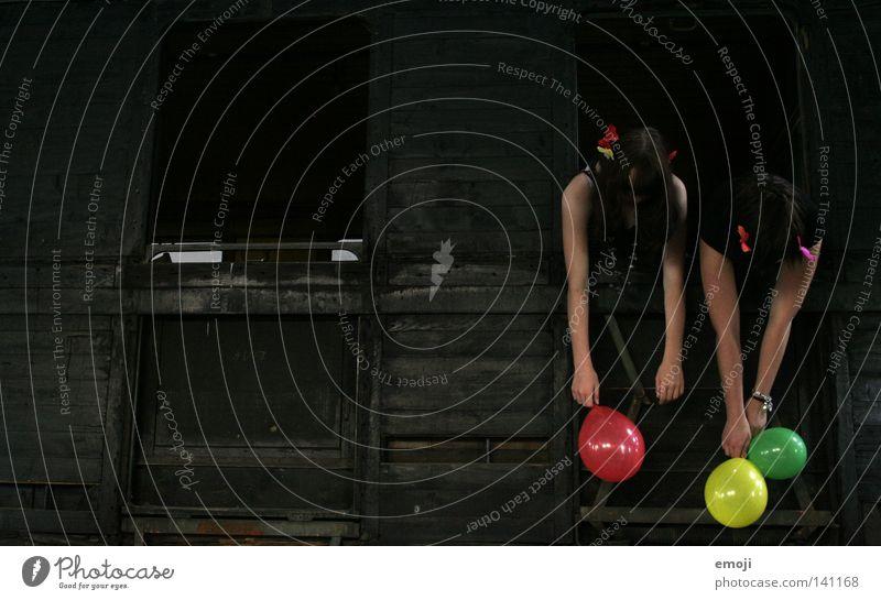 abhängen Fröhlichkeit schwarz weiß Jugendliche Frau feminin Eisenbahn Berghang Holz kaputt veraltet rot gelb grün Farbfleck verfallen fun Freude mehrfarbig