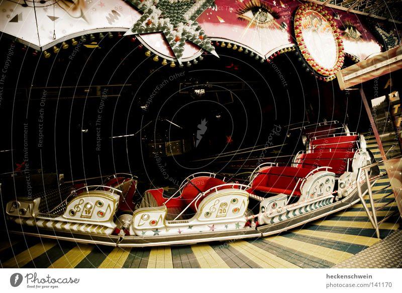 Die Ruhe vor dem Dom I Freude Leben ruhig Freizeit & Hobby Spielen Sommer Musik Feste & Feiern Jahrmarkt alt dunkel rot Angst Nostalgie Zukunft Karussell