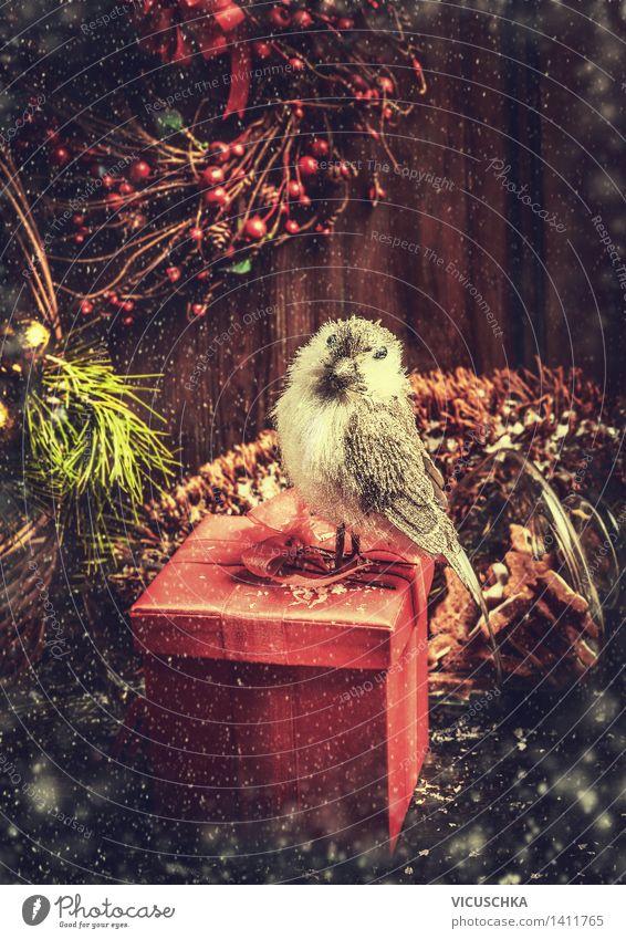 Weihnachtskarte mit Geschenk, Vogel und Weihnachtsdekoration Weihnachten & Advent Haus Winter Innenarchitektur Schnee Stil Holz Feste & Feiern Stimmung Vogel Design Häusliches Leben Dekoration & Verzierung Tisch Postkarte Tanne