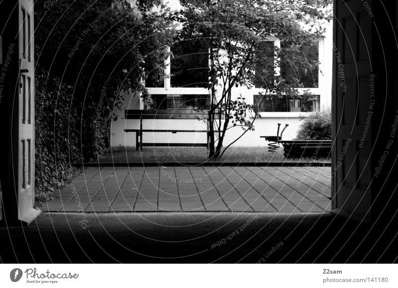 hinterhof ruhe Hinterhof dunkel Baum Durchgang Wiese Fenster Mittagspause Einsamkeit Einfahrt Reflexion & Spiegelung Sommer München Bauernhof trist Bank Tor Tür