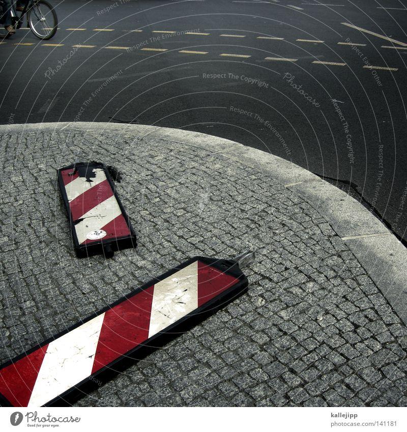 stadtgrau weiß rot Umwelt Straße Wege & Pfade Bewegung Luft Linie Schilder & Markierungen Ordnung Verkehr Hinweisschild Ecke Baustelle Güterverkehr & Logistik