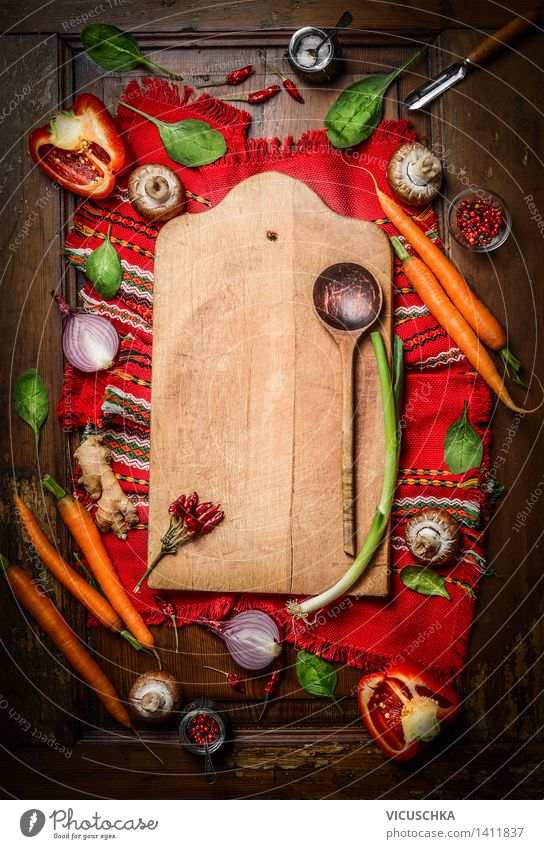 Frisches Gemüse um Schneidebrett mit Kochlöffel Lebensmittel Kräuter & Gewürze Ernährung Bioprodukte Vegetarische Ernährung Diät Schalen & Schüsseln Löffel Stil