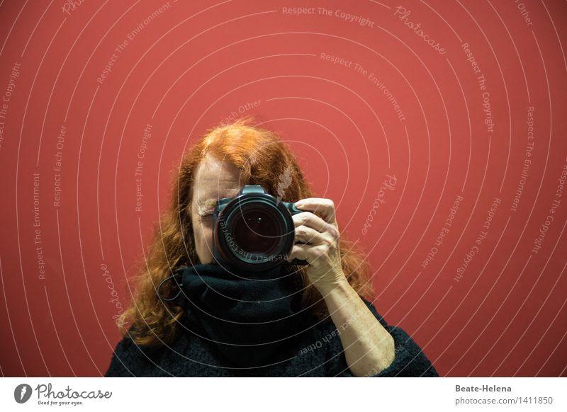 Selbstportrait| ich sehe rot Lifestyle Fotokamera feminin Kopf Haare & Frisuren Arme rothaarig atmen entdecken Blick ästhetisch schwarz Fröhlichkeit