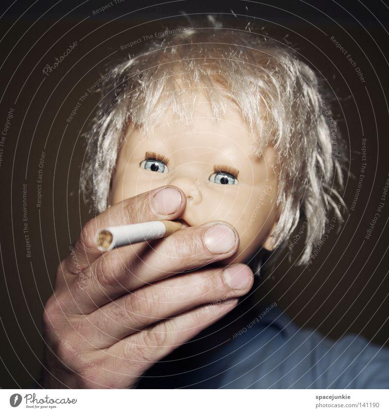 Give me fire! Puppe Spielzeug Auge blau bedrohlich beängstigend blond Chucky gruselig Horrorfilm böse süß niedlich wild Haare & Frisuren skurril Tabakwaren