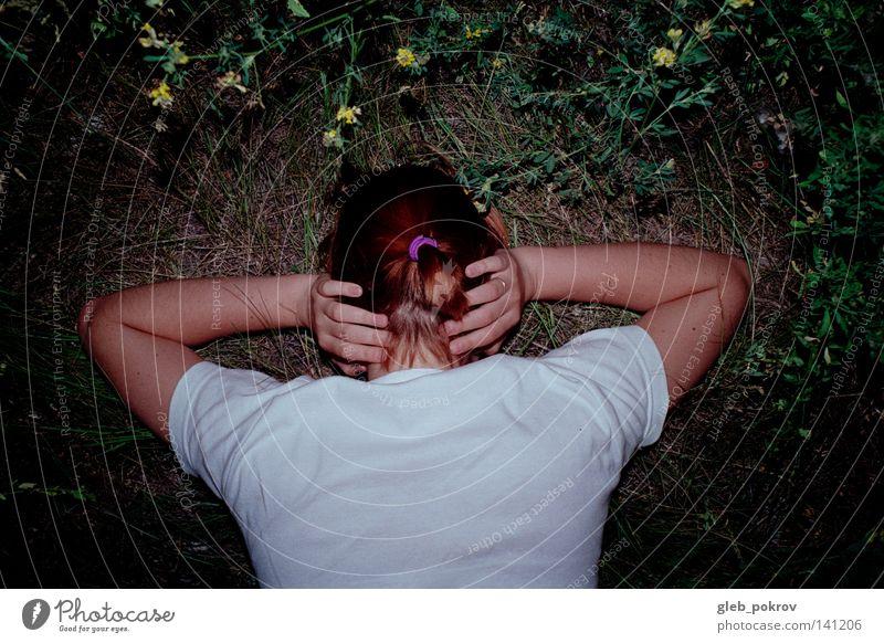in Gras. Hand Haare & Frisuren Hals T-Shirt Rücken Bündnis 90 durchsichtig schlecht Natur Pflanze Blume Konzentration Sommer Frau Hände Behaarung Flora