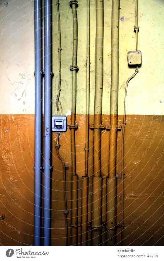 Elektro Kabel Elektrisches Gerät Elektromonteur Installationen Elektrizität verlegen Leitung Haus Altbau Flur Treppenhaus Keller Lichtschalter Schalter