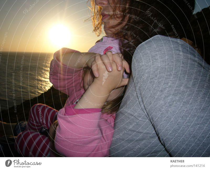 sunset Sonnenuntergang Frau Mutter Kind Tochter Meer Familie & Verwandtschaft harmonisch Liebe Vertrauen Sehnsucht Ferien & Urlaub & Reisen Intimität Kleinkind
