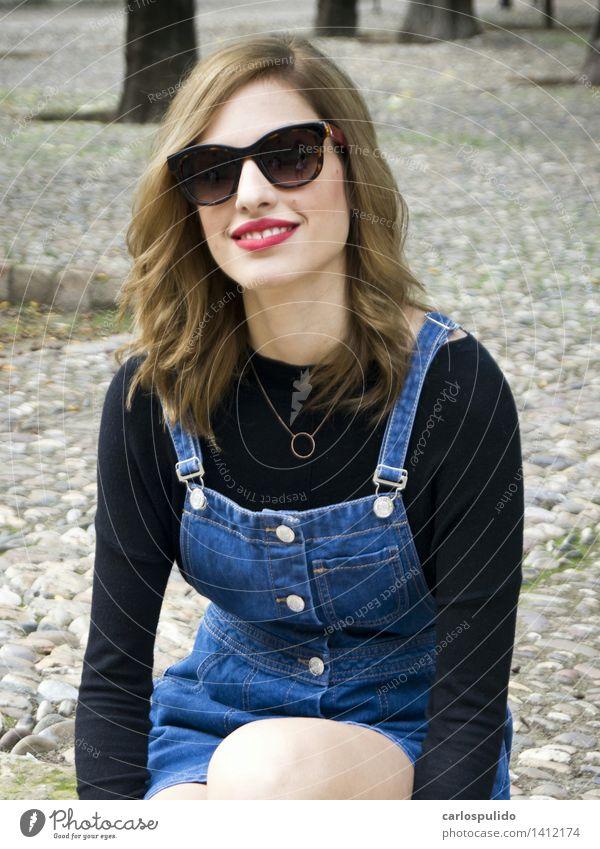 # 1412174 elegant schön Ferien & Urlaub & Reisen Tourismus feminin Junge Frau Jugendliche Erwachsene Körper Gesicht Mensch 18-30 Jahre Mode Kleid Sonnenbrille