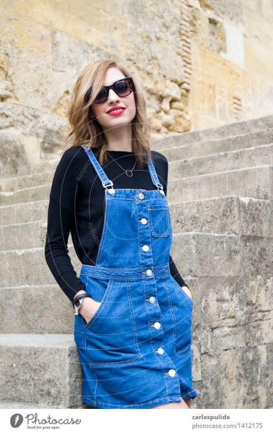 # 1412175 elegant Stil schön feminin Junge Frau Jugendliche Mensch 18-30 Jahre Erwachsene Kirche Mode Rock Sonnenbrille blond niedlich Erotik Model Moschee