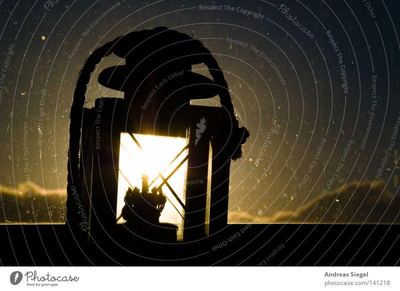 Morgenlichtlampe Lampe Fenster Sonnenaufgang Fensterscheibe Fleck gefleckt dreckig Wolken Laterne hell Erkenntnis Licht Schatten Silhouette Beleuchtung