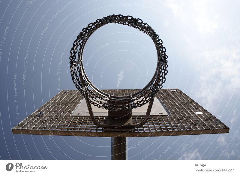 tam parvus Basketball Basketballkorb Korb Spielen Ballsport toben klein zu hell unten Blick Metall Metallwaren Eisen Sport Himmel Wolken Sonne Physik heiß