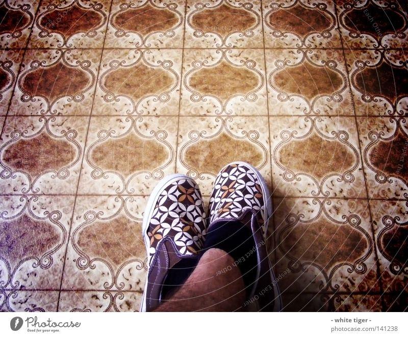 fancy shoes *2 Beine Strümpfe Schuhe blau braun schwarz weiß Bodenbelag kariert passend Farbfoto Innenaufnahme Muster Tag Vogelperspektive Ornament warten Pause