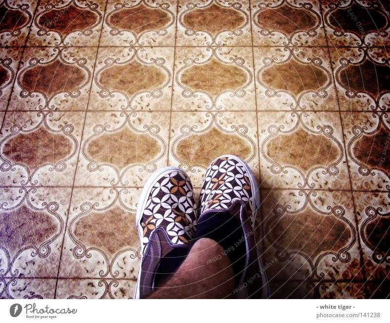 fancy shoes *2 blau weiß schwarz Stil Beine Fuß braun Schuhe warten Pause Bodenbelag außergewöhnlich retro Strümpfe kariert Ornament