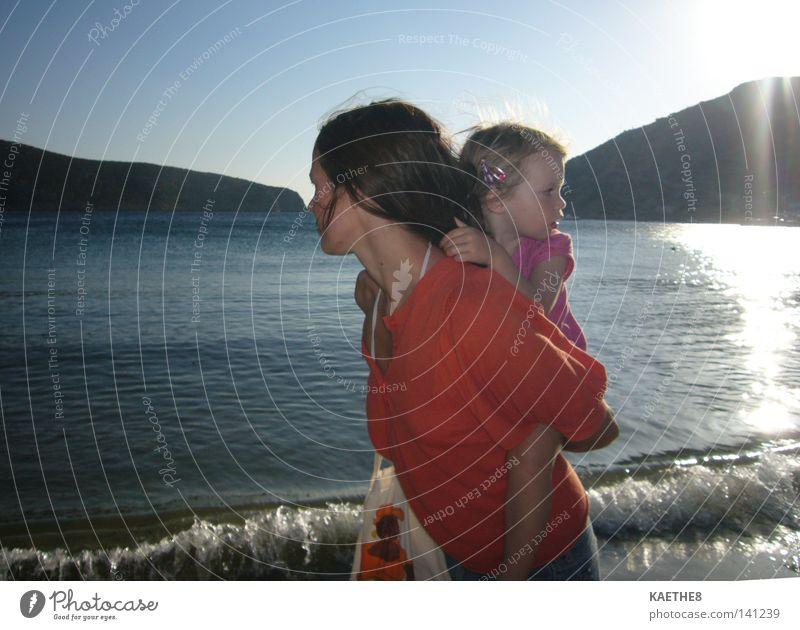 wir zwei Frau Kind Mädchen Sonne Meer Sommer Strand Ferien & Urlaub & Reisen ruhig Liebe Eltern Familie & Verwandtschaft orange Wellen Mutter Spaziergang