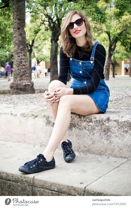# 1412420 elegant schön Tourismus feminin Junge Frau Jugendliche Erwachsene Körper Gesicht Mensch 18-30 Jahre Hemd Kleid Sonnenbrille Turnschuh blond Lächeln