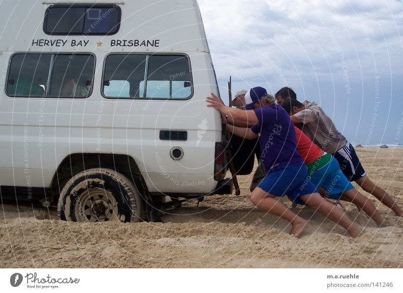 schieben Mann Sommer Sand Kraft Ausflug Kraft KFZ Ferien & Urlaub & Reisen Australien Funsport schieben Panne Geländewagen hängenbleiben Männerhand