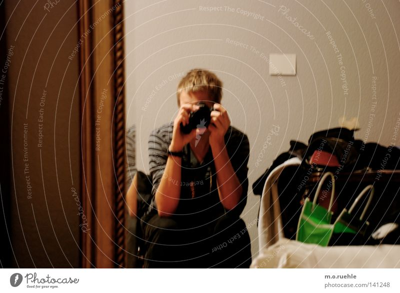 narziss Raum Fotografie Vergänglichkeit Spiegel Möbel Rahmen Örtlichkeit wirklich Steckdose Spiegelbild Fragezeichen Technik & Technologie