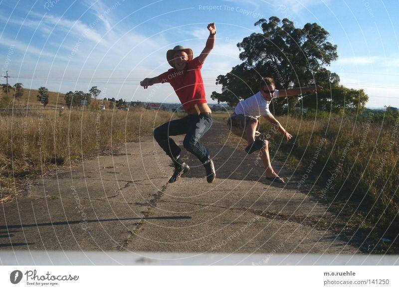 wir setzten den fuß in die luft und sie trug Freude springen Luft Freundschaft Wind fliegen frei Vertrauen Schweben Australien Blauer Himmel durchdrehen