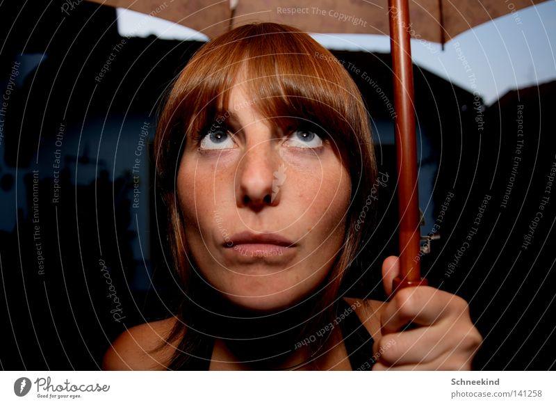 Mit Schirm, Charm und ohne Melone Frau Hand blau schön Sommer Gesicht Auge Haus dunkel Graffiti PKW Regen hell Mund Wohnung Nase