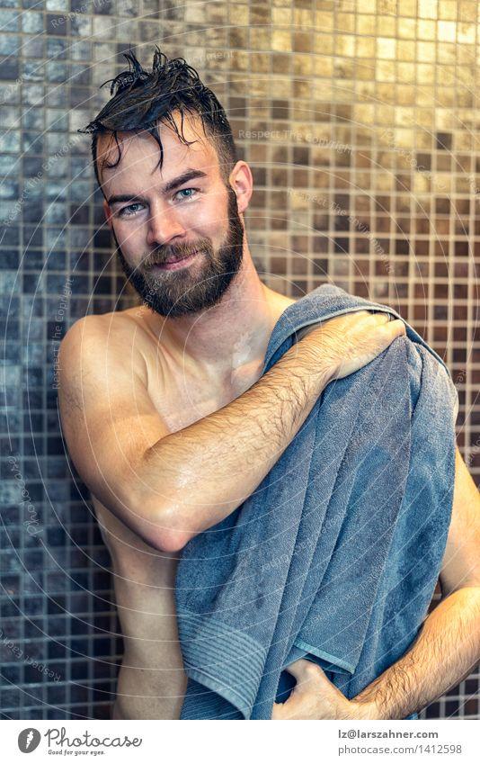 Hübscher junger Mann, der sich trocknet Mensch Gesicht Erwachsene grau maskulin Körper Haut Lächeln nass weich Sauberkeit Wellness Bad Fliesen u. Kacheln