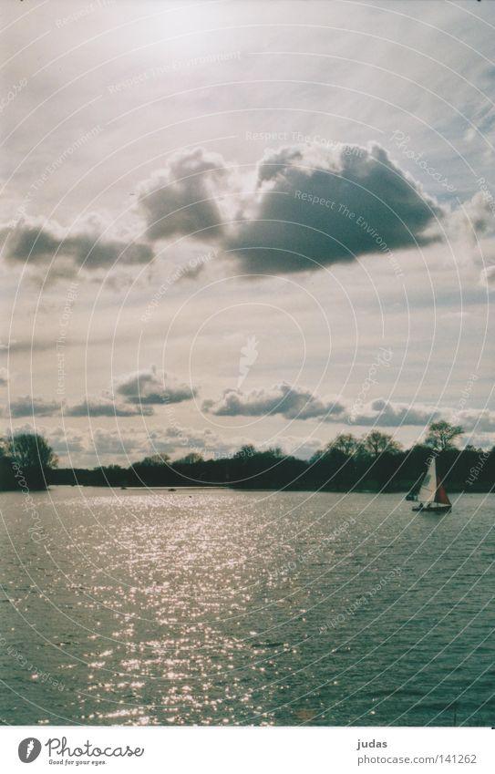 Wolken segeln übern See Wasser Sommer Wolken Küste Wasserfahrzeug Wellen Segeln Segelboot