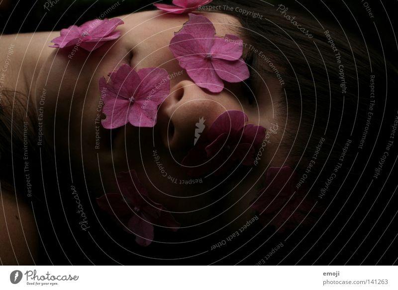 flowergirl Frau Jugendliche schön Blume schwarz Gesicht Tod dunkel Gefühle rosa Haut liegen schlafen weich Rose zart
